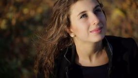 Lycklig kvinna som framåtriktat ser på himlen lager videofilmer