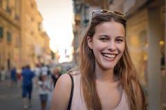 Lycklig kvinna som går i gatan royaltyfri fotografi