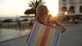 Lycklig kvinna som går, når att ha shoppat arkivfilmer