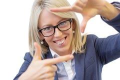 Lycklig kvinna som gör den selfy fotoramen runt om hennes framsida fotografering för bildbyråer