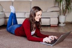Lycklig kvinna som gör online-shopping Royaltyfri Foto