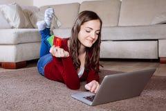 Lycklig kvinna som gör online-shopping Arkivfoto