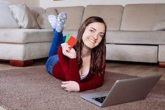 Lycklig kvinna som gör online-shopping Arkivfoton