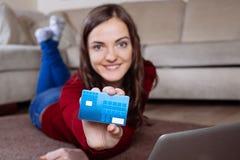 Lycklig kvinna som gör online-shopping Arkivbild