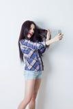 Lycklig kvinna som gör selfie med hennes smartphone Royaltyfria Foton