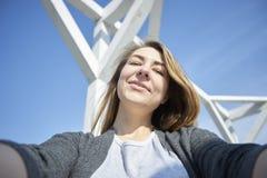 Lycklig kvinna som gör utomhus- selfie royaltyfria bilder
