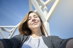 Lycklig kvinna som gör utomhus- selfie royaltyfria foton