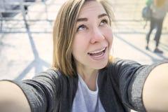 Lycklig kvinna som gör utomhus- selfie royaltyfri bild