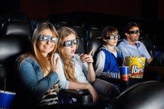 Lycklig kvinna som håller ögonen på filmen 3D med familjen Arkivfoton
