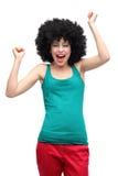 Lycklig kvinna som ha på sig den afro wigen Royaltyfri Foto