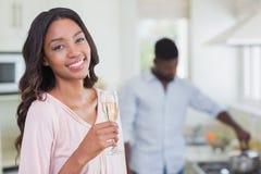 Lycklig kvinna som har exponeringsglas av champagne arkivbilder