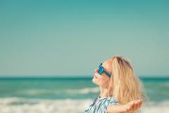 Lycklig kvinna som har gyckel på sommarsemester Fotografering för Bildbyråer