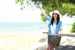 Lycklig kvinna som har gyckel under sommar Royaltyfria Foton