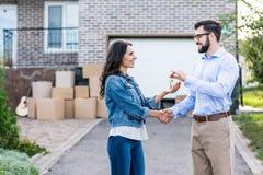 lycklig kvinna som köper det nya huset och tar tangenter arkivbilder