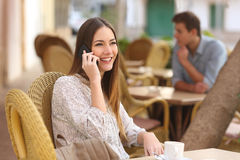 Lycklig kvinna som kallar på telefonen i en restaurang Royaltyfri Foto