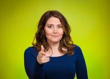 Lycklig kvinna som ler och att peka fingret in mot dig Arkivfoton