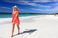 Lycklig kvinna som promenerar den härliga stranden royaltyfri foto
