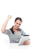 Lycklig kvinna som rymmer den digitala minnestavlan Royaltyfri Fotografi