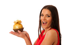 Lycklig kvinna som rymmer den stora chokladgodisen mottagen som en gåva Royaltyfri Bild