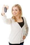 Lycklig kvinna som rymmer en biltangent Arkivfoton