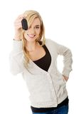 Lycklig kvinna som rymmer en biltangent Arkivbild