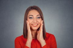 Lycklig kvinna som ser spännande förvånad oavkortad misstro arkivbild