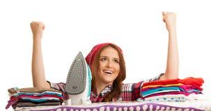 Lycklig kvinna som sjunger, som hon har avslutat att stryka som isoleras över wh Arkivfoton