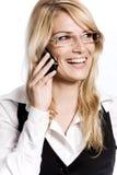 Lycklig kvinna som skrattar, som hon pratar på hennes mobil royaltyfria bilder