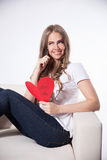 Lycklig kvinna som skriver ett förälskelsekort Royaltyfri Foto