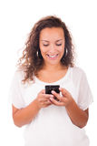 Lycklig kvinna som smsar på hennes telefon arkivbilder
