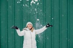 Lycklig kvinna som spelar i ny snö royaltyfri fotografi