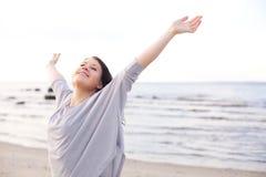 Lycklig kvinna som sträcker henne armar för att tycka om naturen Arkivbild