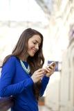 Lycklig kvinna som talar på mobiltelefonen Arkivfoto