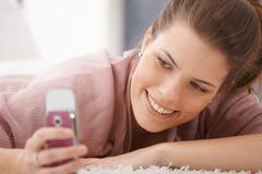 Lycklig kvinna som texting Royaltyfria Bilder