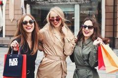 Lycklig kvinna som tre går på gatan, når att ha shoppat Proces royaltyfri bild