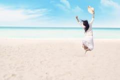 Lycklig kvinna som tycker om frihet Arkivbild