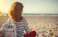 Lycklig kvinna som tycker om frihet på havet Fotografering för Bildbyråer