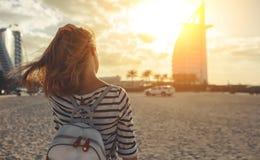 Lycklig kvinna som tycker om frihet på havet på Burj Al Arab, hotell i Du Royaltyfria Foton