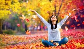 Lycklig kvinna som tycker om liv i hösten royaltyfri foto