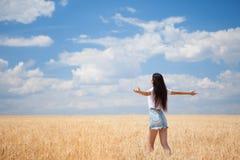 Lycklig kvinna som tycker om livet i fältnaturskönheten Fotografering för Bildbyråer