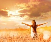 Lycklig kvinna som tycker om lycka, frihet och naturen royaltyfri fotografi