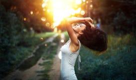 Lycklig kvinna som tycker om naturen Royaltyfria Foton
