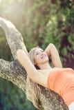 Lycklig kvinna som tycker om naturen Fotografering för Bildbyråer