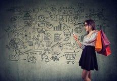 Lycklig kvinna som tycker om online-shopping fotografering för bildbyråer