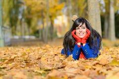 Lycklig kvinna som utomhus tänker i höst Arkivbilder