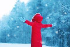 Lycklig kvinna som utomhus tycker om snöig väder för vinter, säsong Arkivfoton