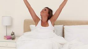Lycklig kvinna som vaknar upp lager videofilmer