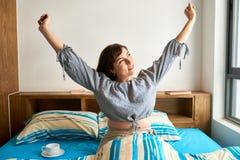 Lycklig kvinna som vaknar upp royaltyfria foton