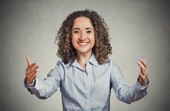 Lycklig kvinna som vinkar med armar för att komma ge sig henne en björnkram arkivfoton