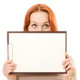 Lycklig kvinna som visar den blanka signboarden Arkivfoto
